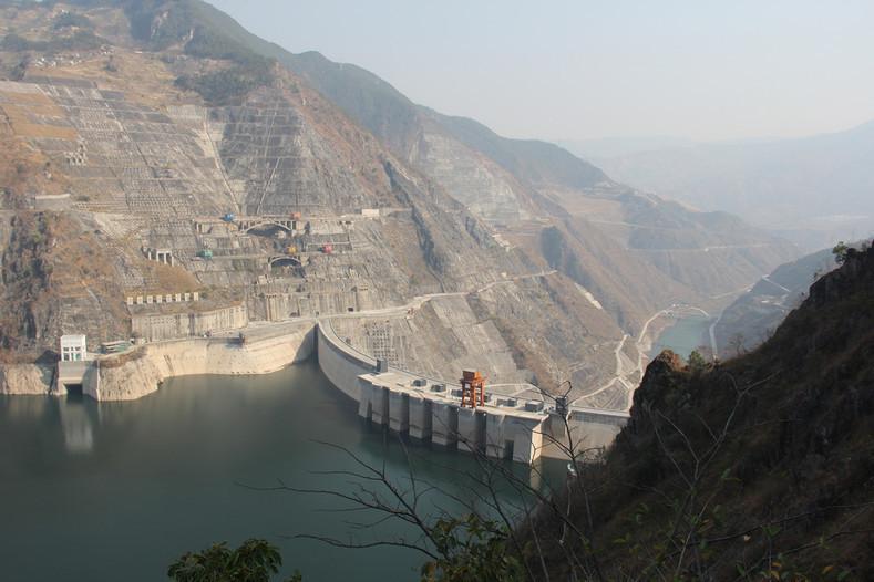Так выглядит плотина в Китае на реке Меконг. Вверх по течению образовалось водохранилище